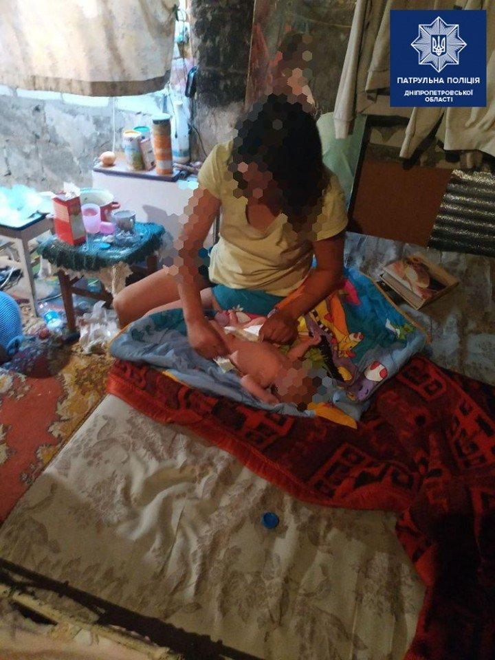 В Днепре новорожденного ребенка нашли в квартире с беспорядком и пьяной матерью, - ФОТО, фото-1