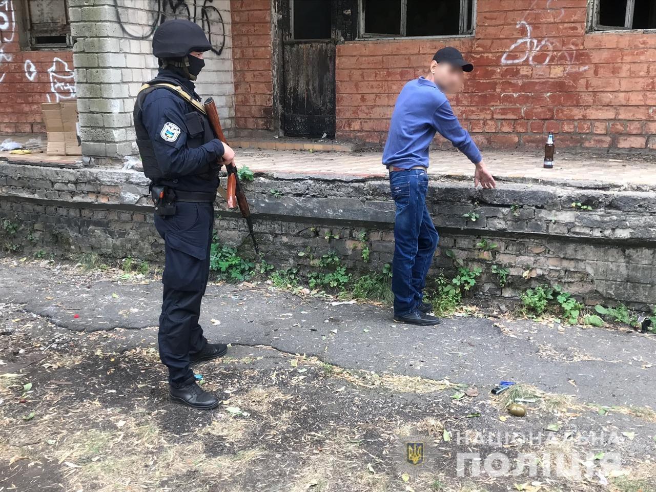 В Днепропетровской области мужчина пил пиво, а полицейские нашли у него гранату, - ФОТО, фото-1