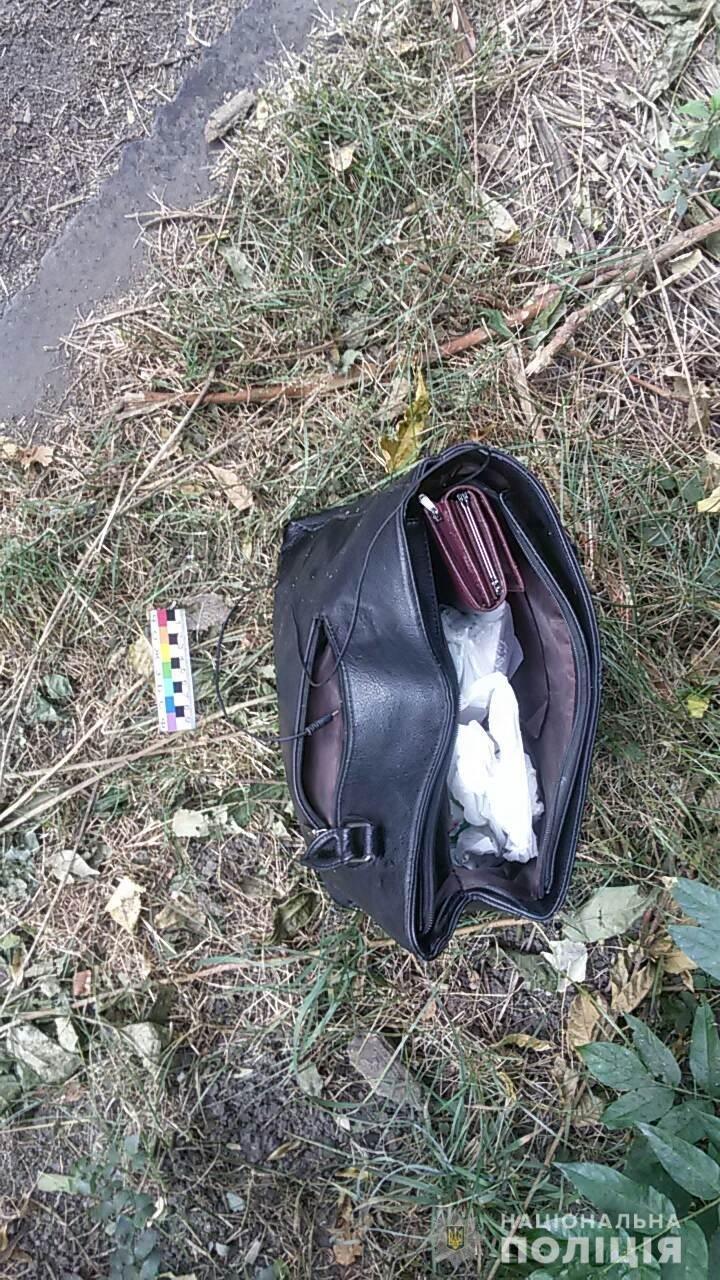 На Днепропетровщине мужчина прятался в кустах с женской сумочкой, - ФОТО, фото-1