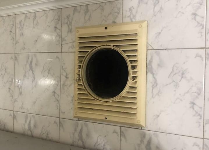 В Днепре дома кот застрял в вентиляционной трубе: его спасали пожарные, - ФОТО, ВИДЕО, фото-2