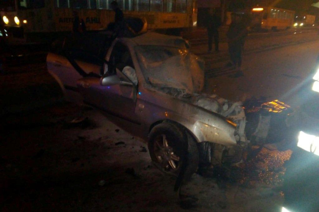 В Днепре автомобиль въехал в электроопору: один человек погиб, еще один пострадал, - ФОТО, фото-1