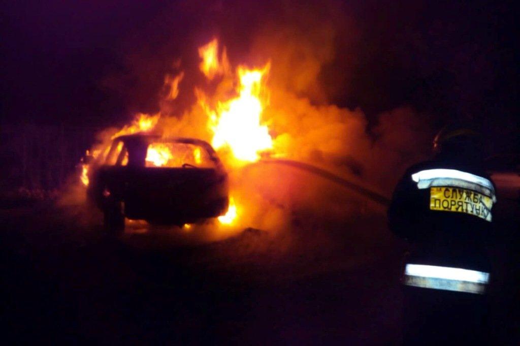 В Днепре на стоянке сгорело два автомобиля, еще один поврежден, - ФОТО, фото-1