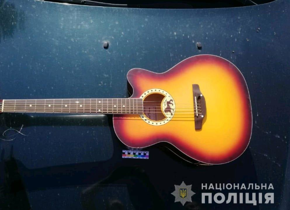 Бутылкой по голове: на Днепропетровщине парень напал на мужчину и отобрал у него гитару, - ФОТО, фото-1