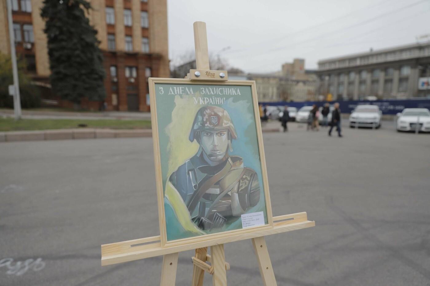 В Днепре ко Дню защитника Украины раздавали бумажные самолетики, фото-1