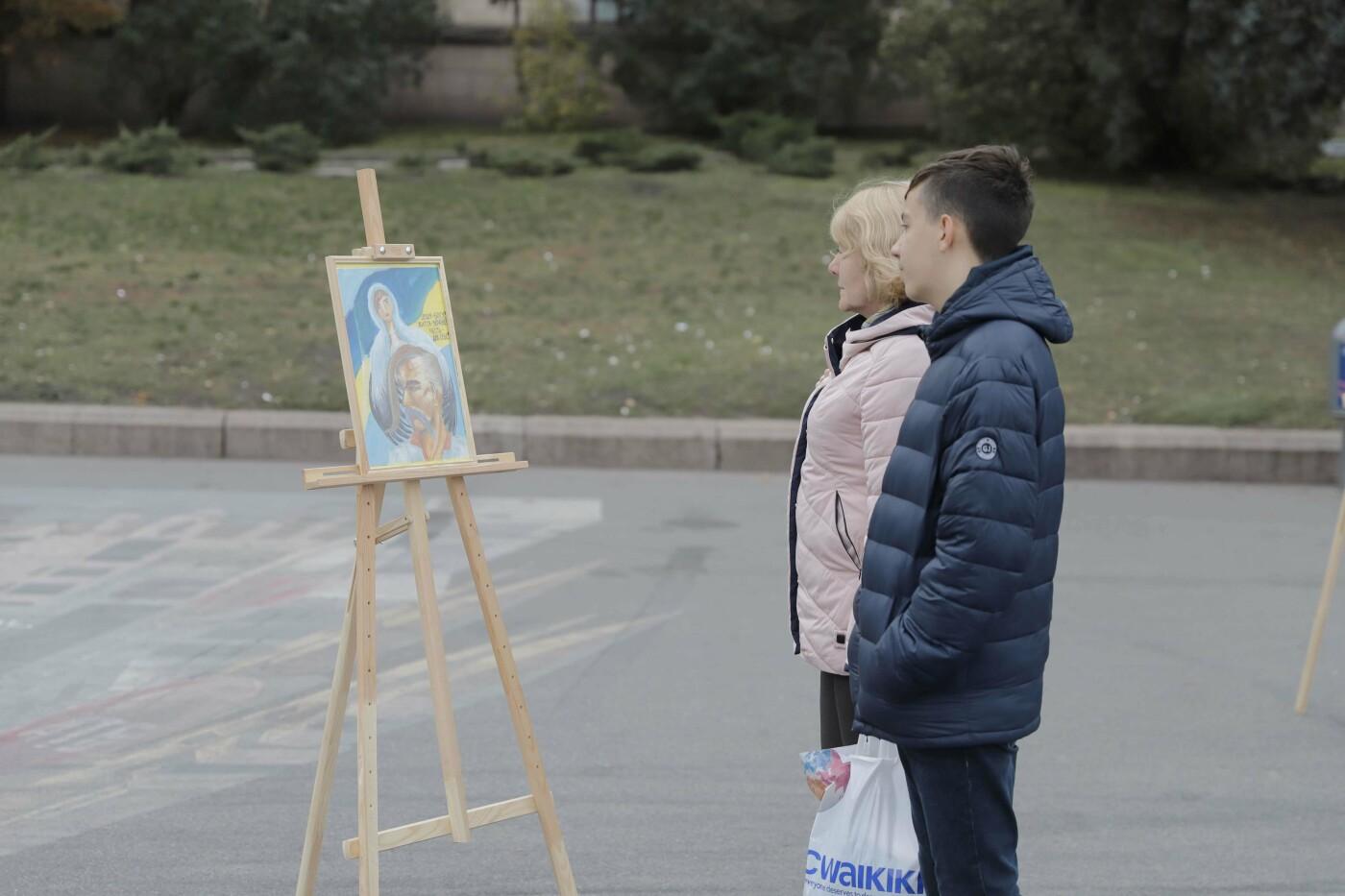 В Днепре ко Дню защитника Украины раздавали бумажные самолетики, фото-2