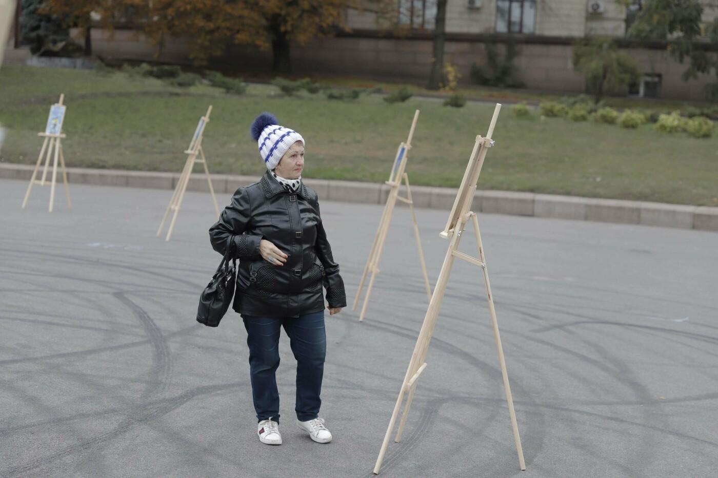 В Днепре ко Дню защитника Украины раздавали бумажные самолетики, фото-3