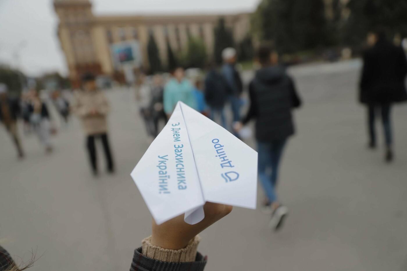 В Днепре ко Дню защитника Украины раздавали бумажные самолетики, фото-4