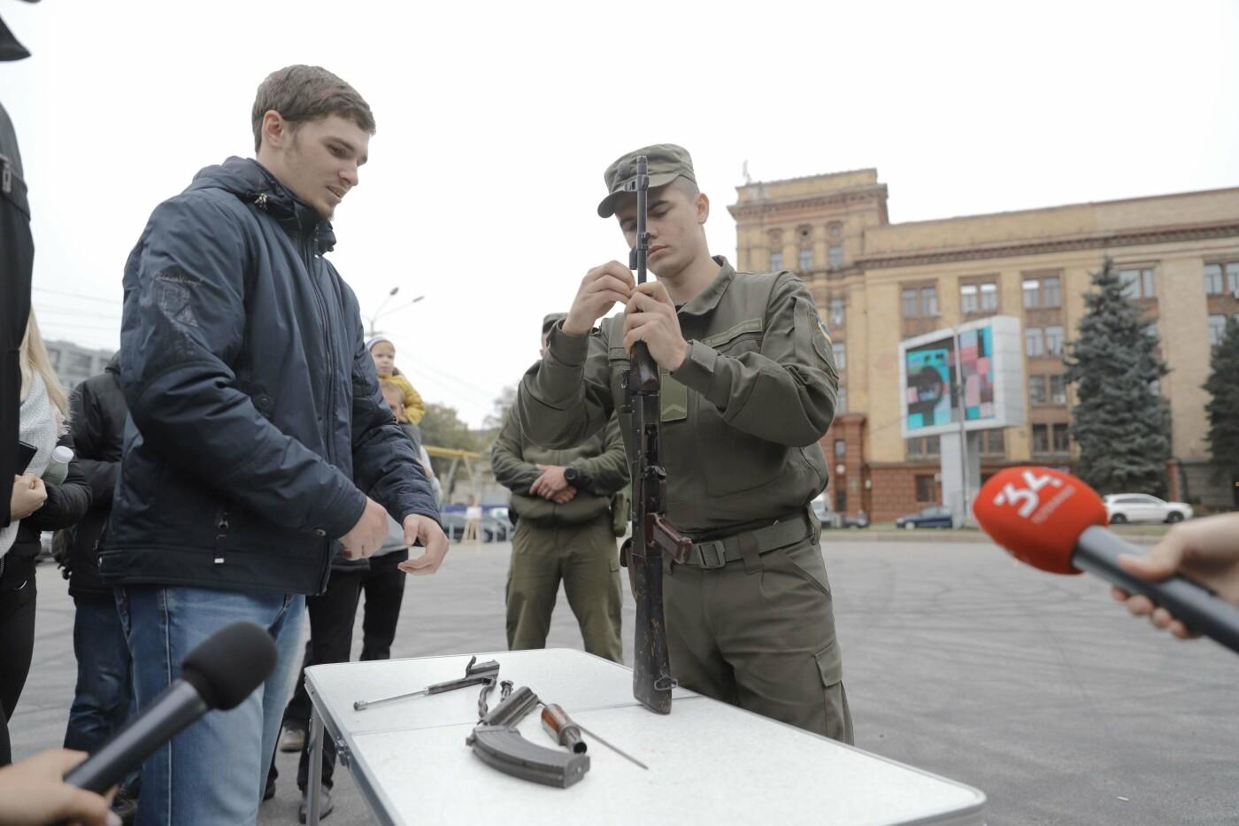 В Днепре ко Дню защитника Украины раздавали бумажные самолетики, фото-5