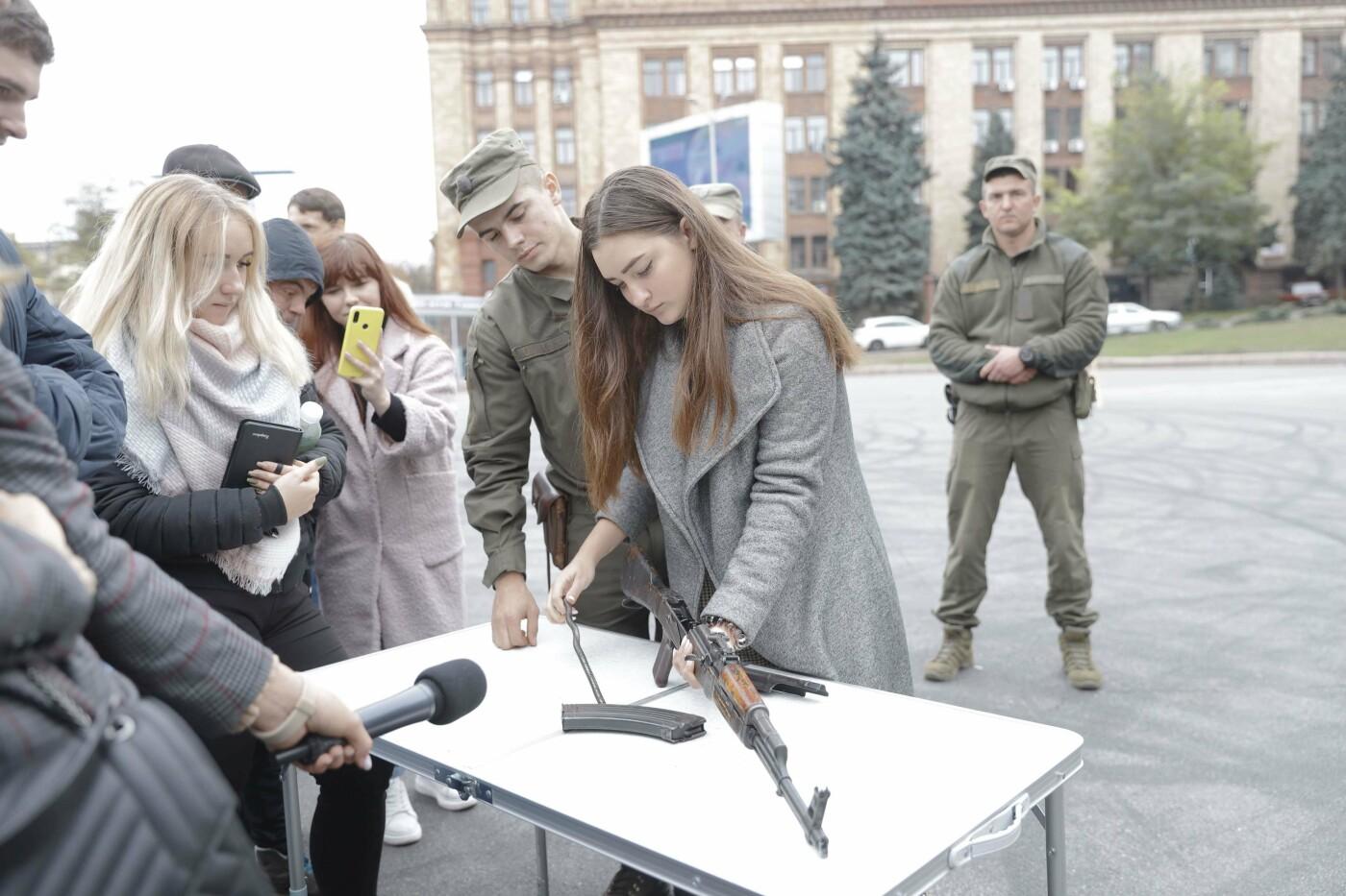 В Днепре ко Дню защитника Украины раздавали бумажные самолетики, фото-7