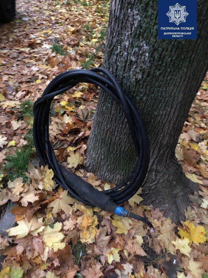 В Днепре мужчины вырезали кабель из люка: их заметила жительница дома, - ФОТО, фото-2