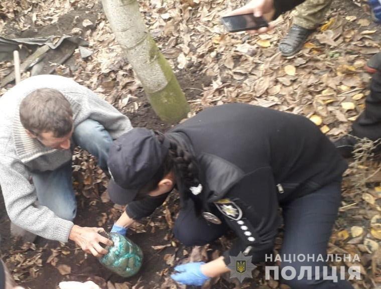 На Днепропетровщине мужчина хранил марихуану в закопанных банках на своем участке, - ФОТО, фото-2