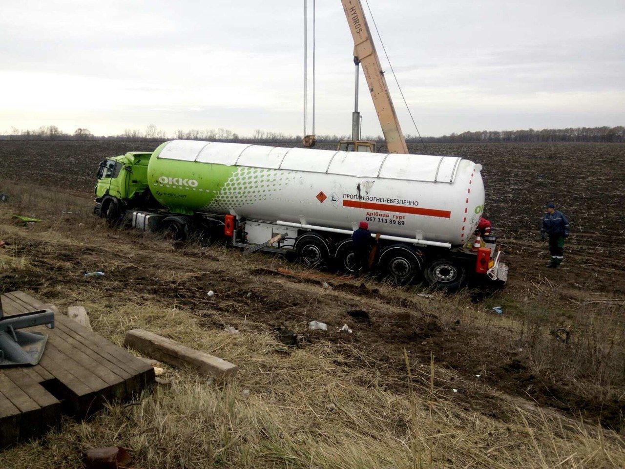 Под Днепром перевернулся газовоз: спасатели доставали его больше суток, - ФОТО, фото-4