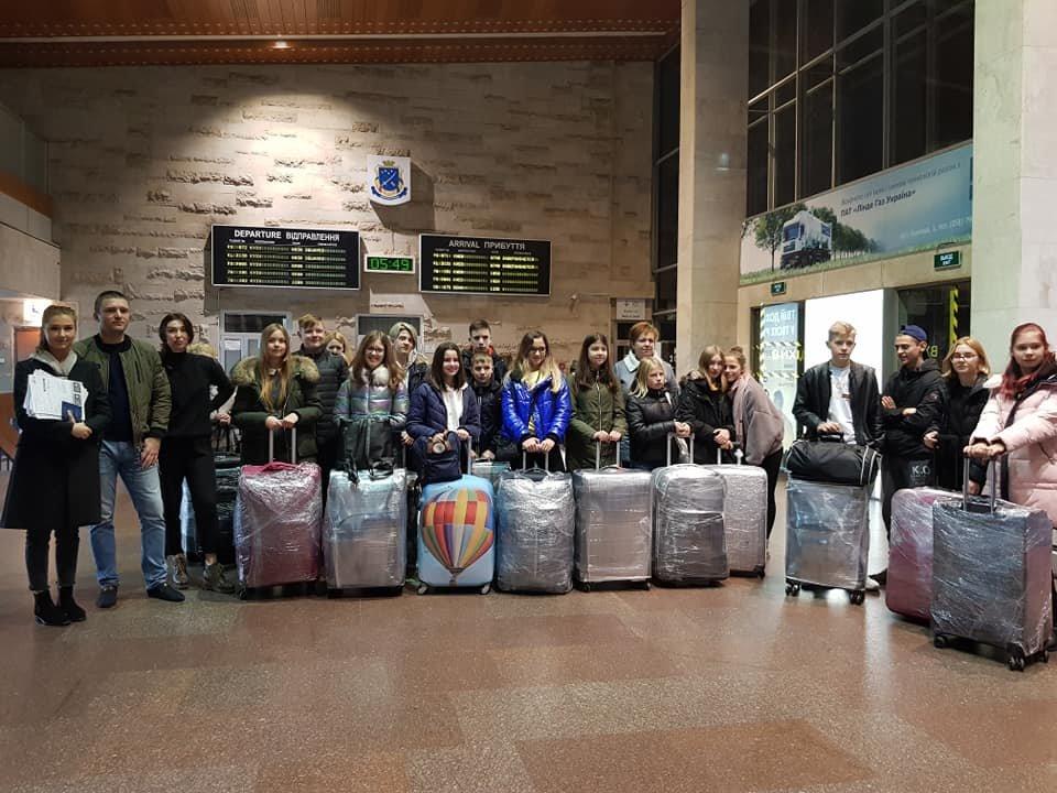 Сегодня из Днепра дети переселенцев и погибших бойцов АТО отправились в Литву на обучение, - ФОТО, фото-1