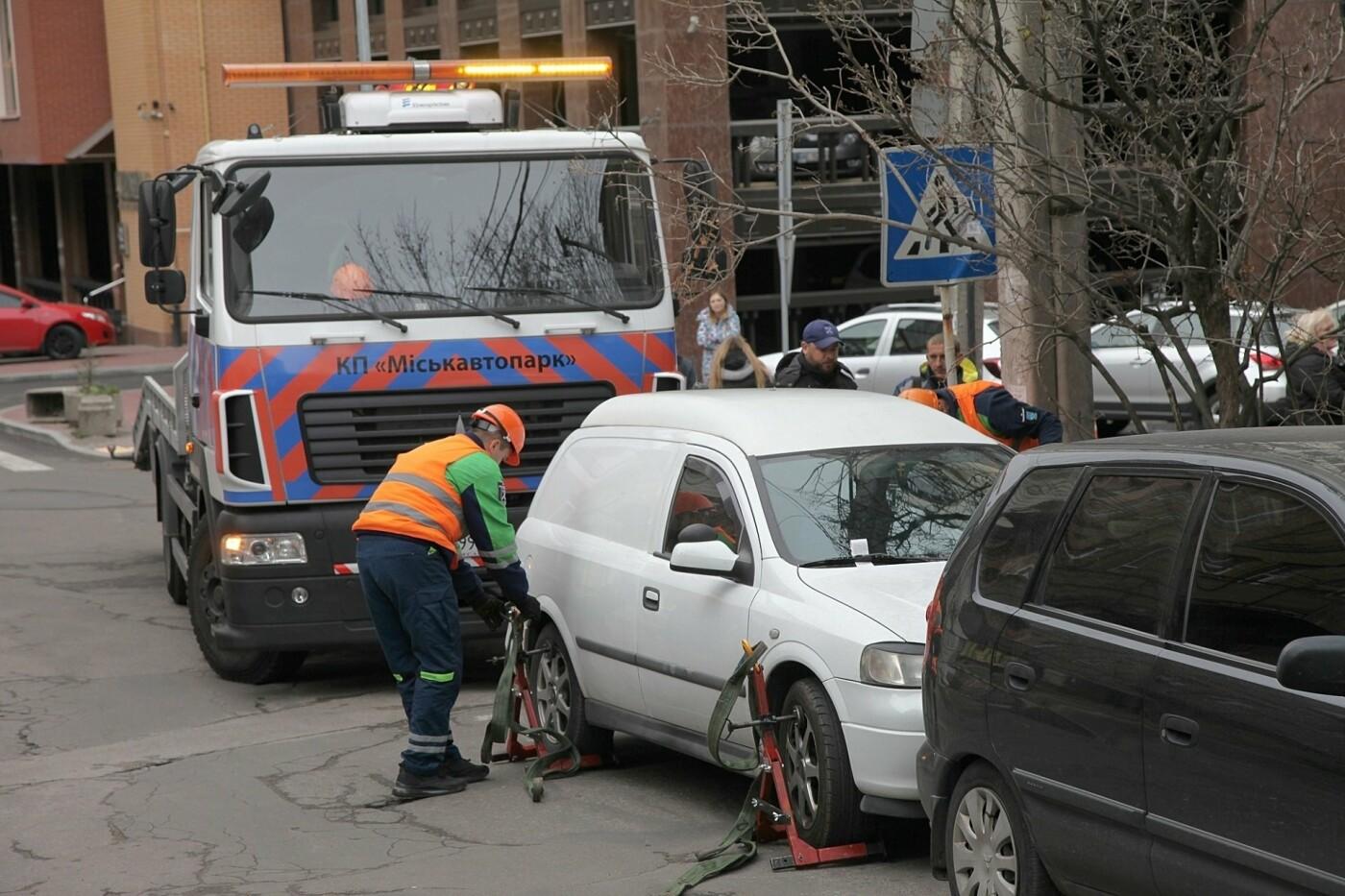 Водители реагируют эмоционально: как в Днепре эвакуируют автомобили, - ФОТО, фото-1