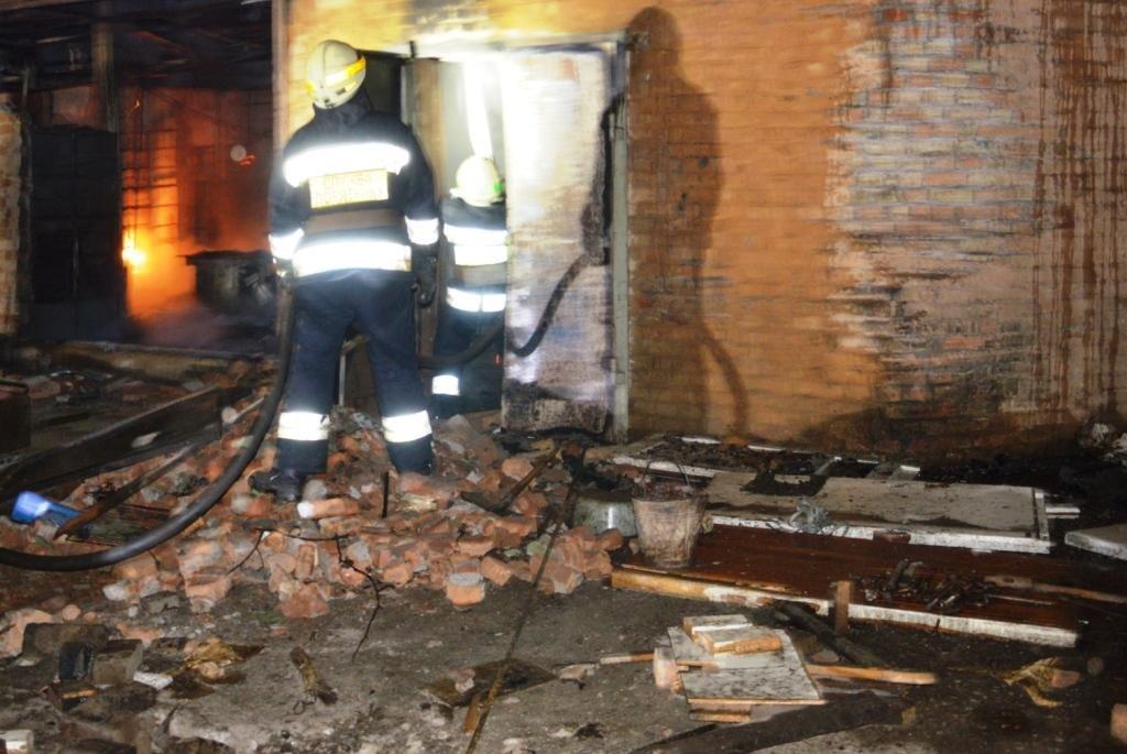 В Днепре 12 спасателей тушили пожар в старом доме, - ФОТО, ВИДЕО, фото-1