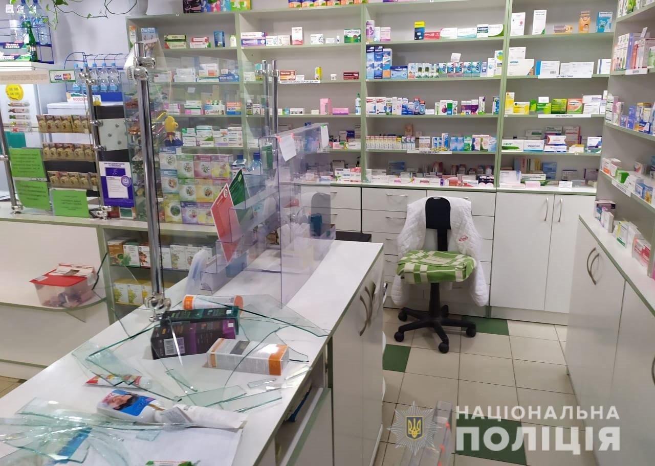 Под Днепром служебная собака помогла найти мужчину, который ограбил аптеку и угрожал фармацевту ножом, - ФОТО, фото-1