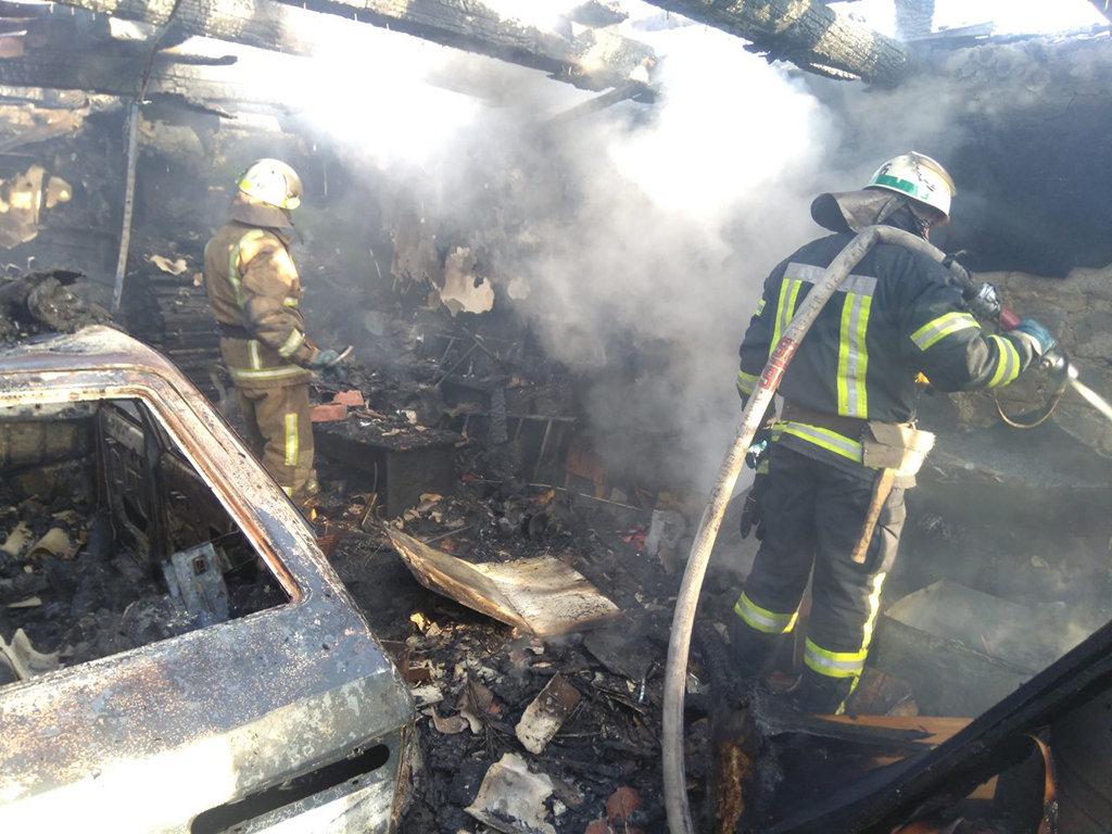 На Днепропетровщине горел гараж с автомобилем внутри, - ФОТО, фото-3