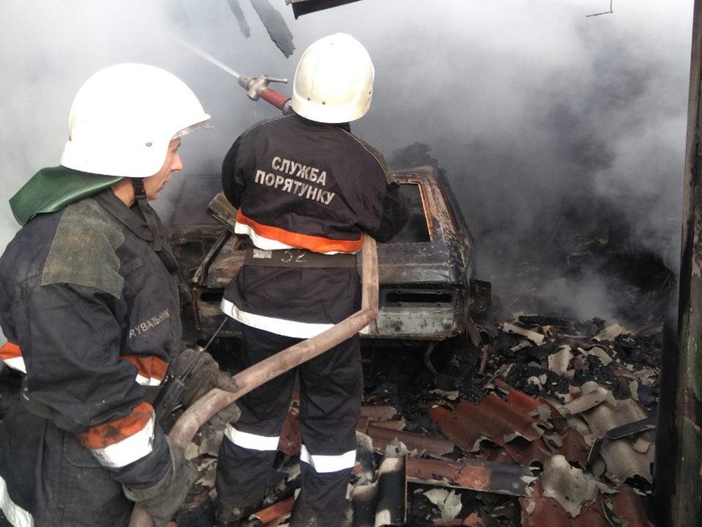 На Днепропетровщине горел гараж с автомобилем внутри, - ФОТО, фото-1