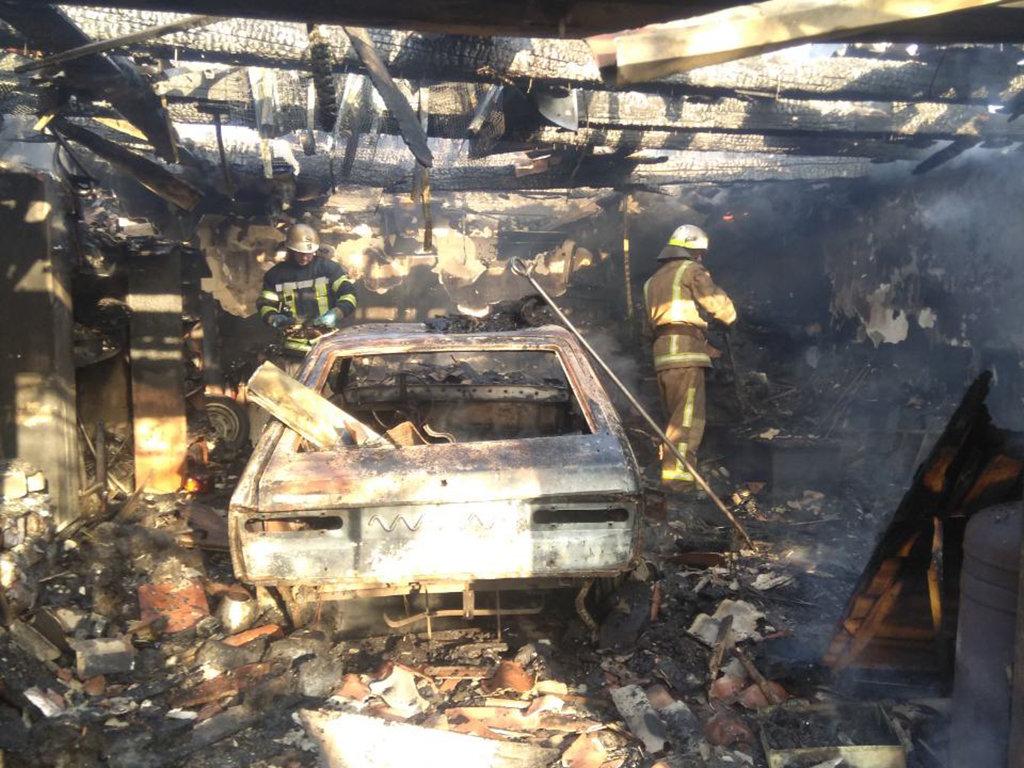 На Днепропетровщине горел гараж с автомобилем внутри, - ФОТО, фото-2
