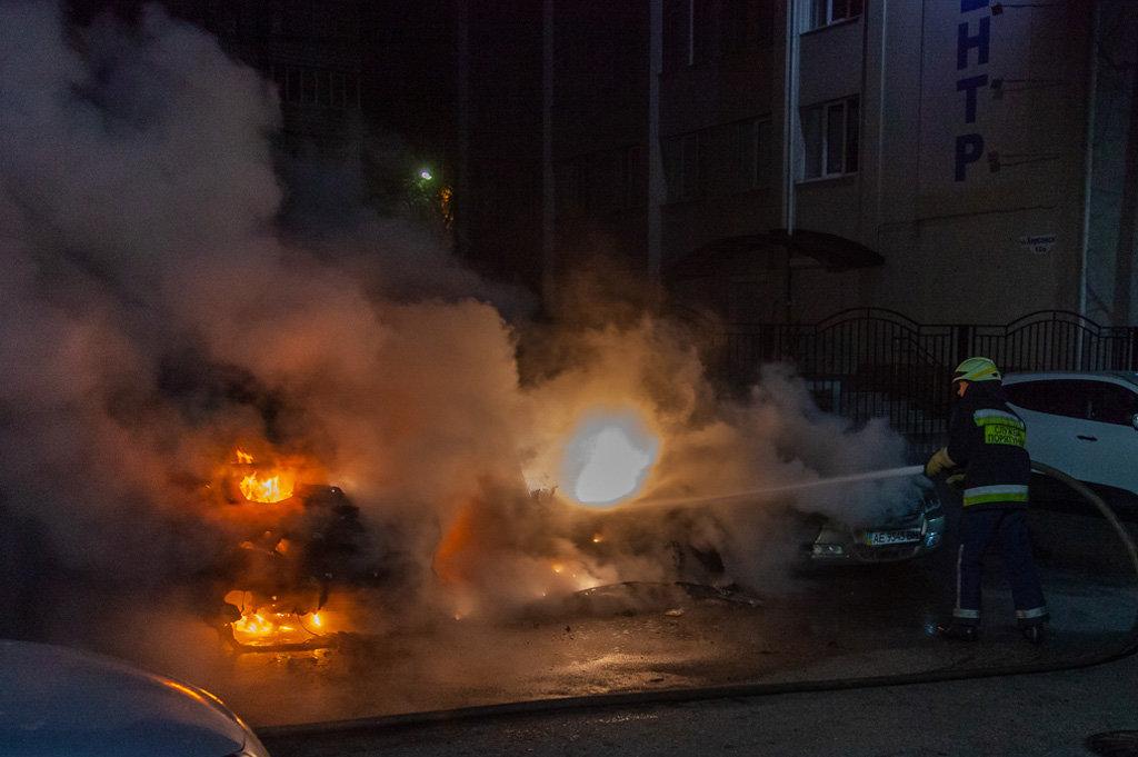 В центре Днепра ночью горели легковушки, - ФОТО, фото-1
