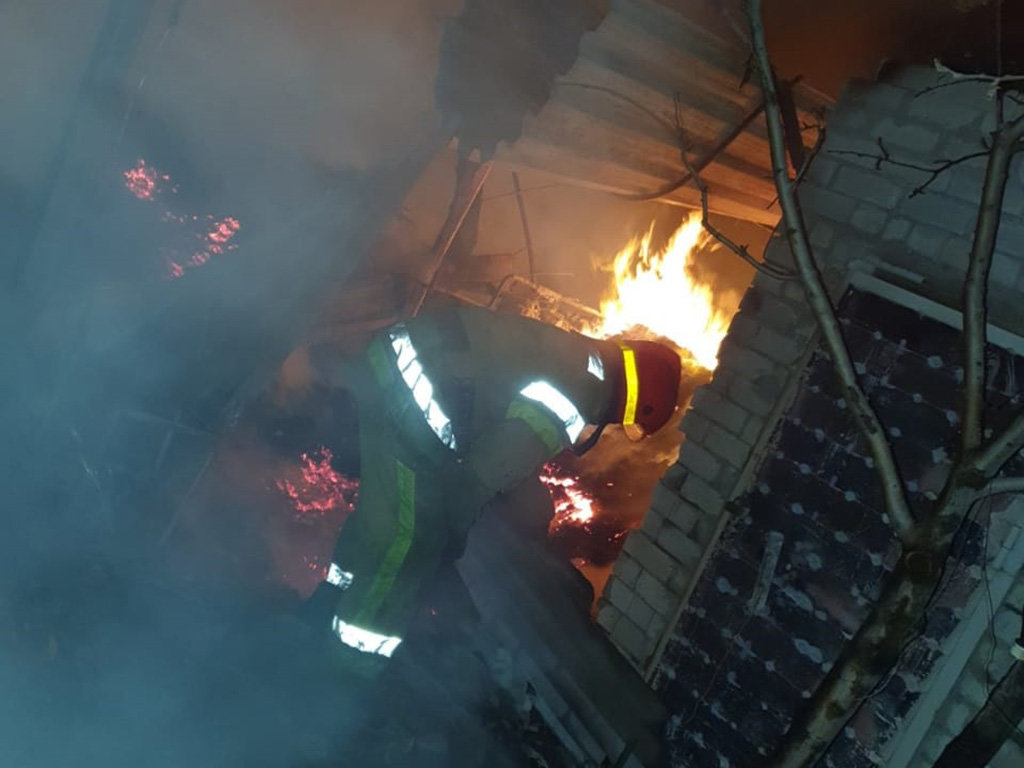 Под Днепром 13 спасателей тушили пожар в летней кухне, - ФОТО, фото-4