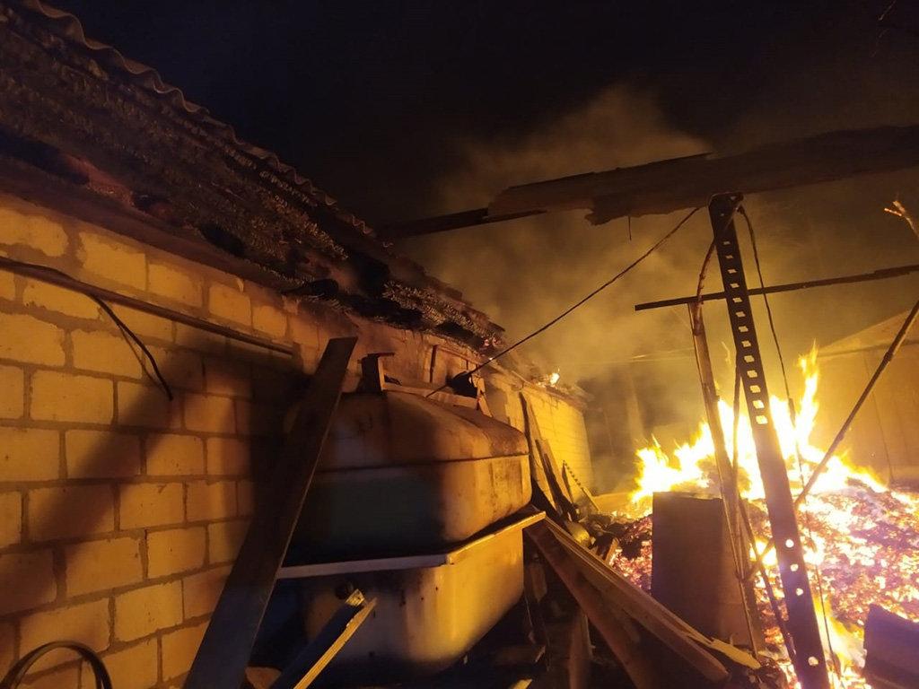 Под Днепром 13 спасателей тушили пожар в летней кухне, - ФОТО, фото-2