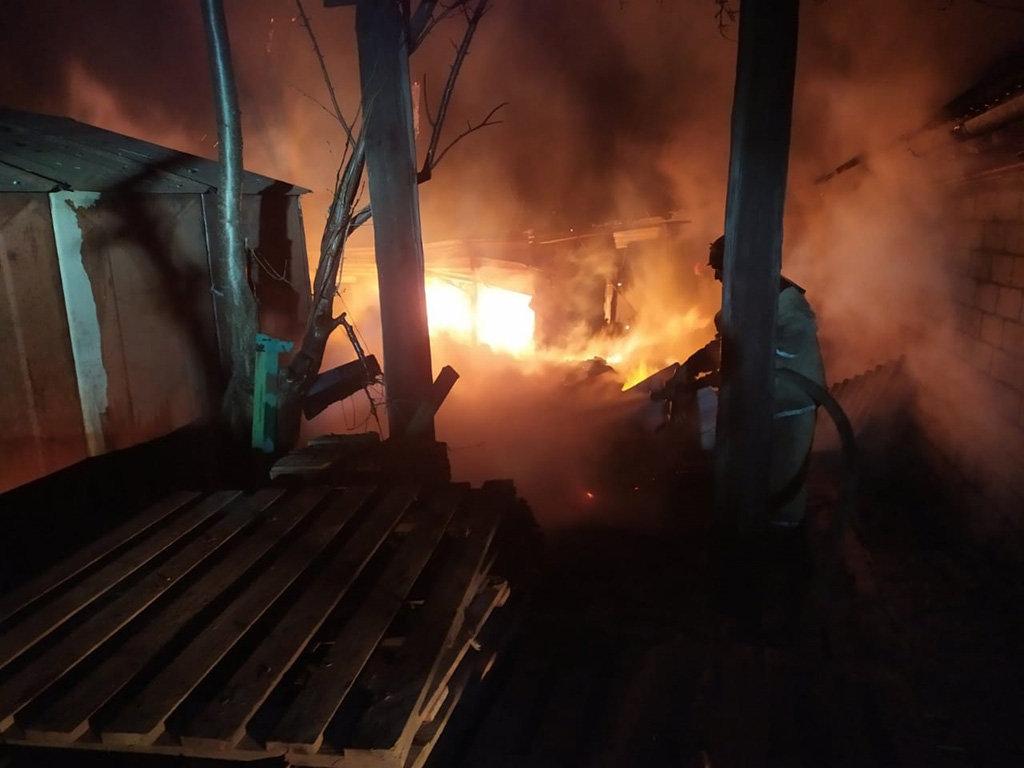 Под Днепром 13 спасателей тушили пожар в летней кухне, - ФОТО, фото-3