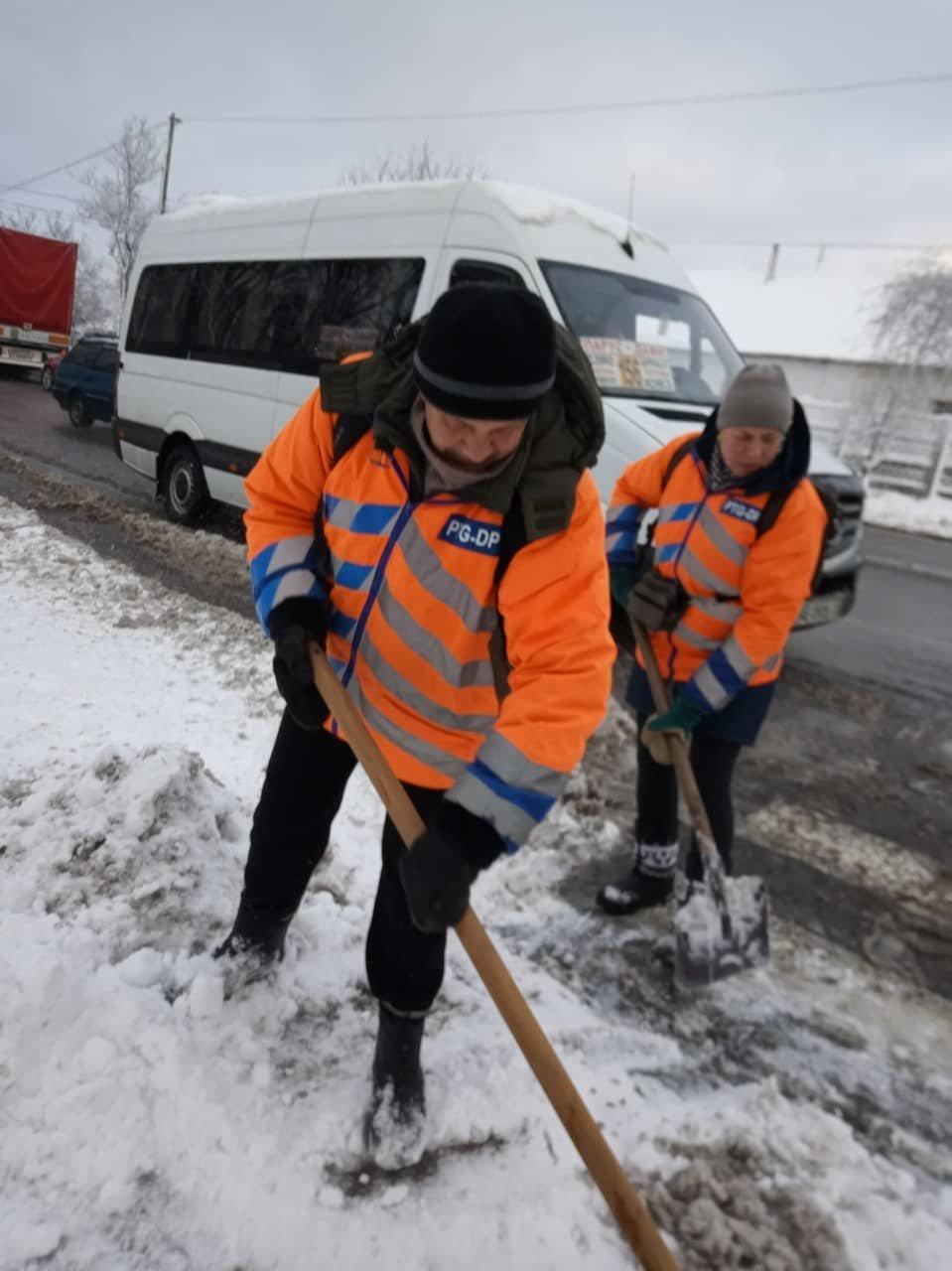 Как коммунальные службы в Днепре борются с последствиями снежного циклона, - ФОТО, фото-1