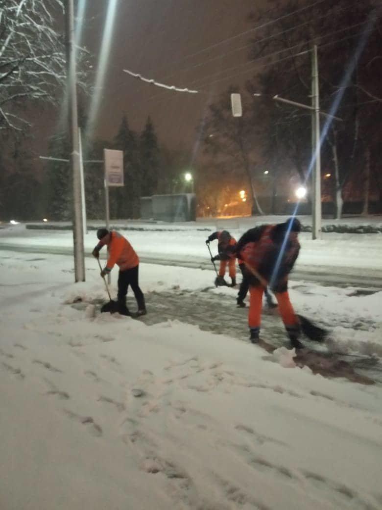 Как коммунальные службы в Днепре борются с последствиями снежного циклона, - ФОТО, фото-5