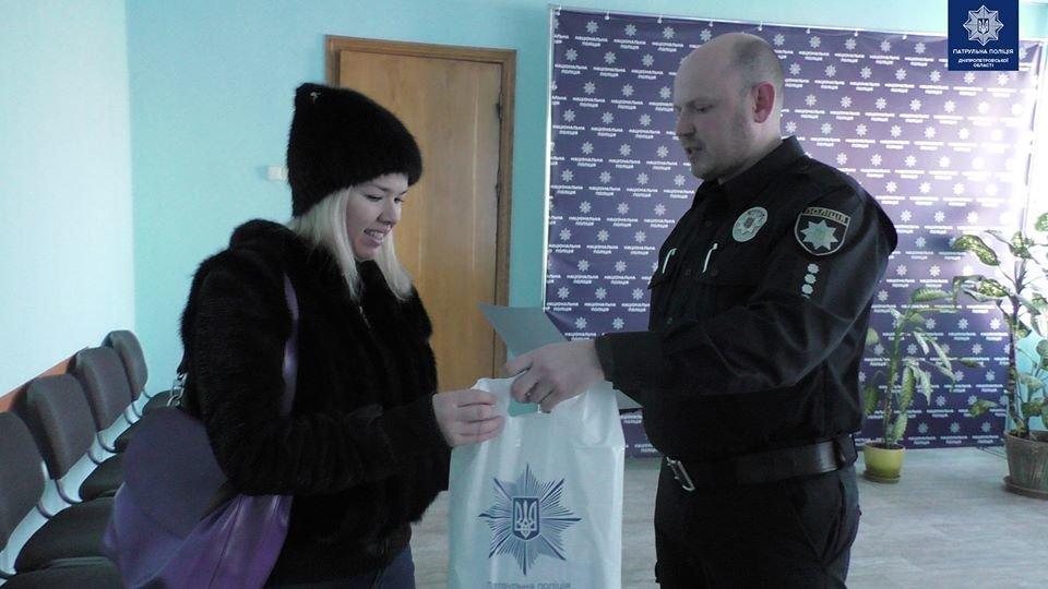 Полицейские наградили днепрянку за неравнодушие и помощь в поимке вероятных грабителей, - ФОТО, фото-1