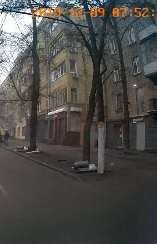 В Днепре вдоль проспекта Яворницкого лежат урны, - ФОТО, фото-1
