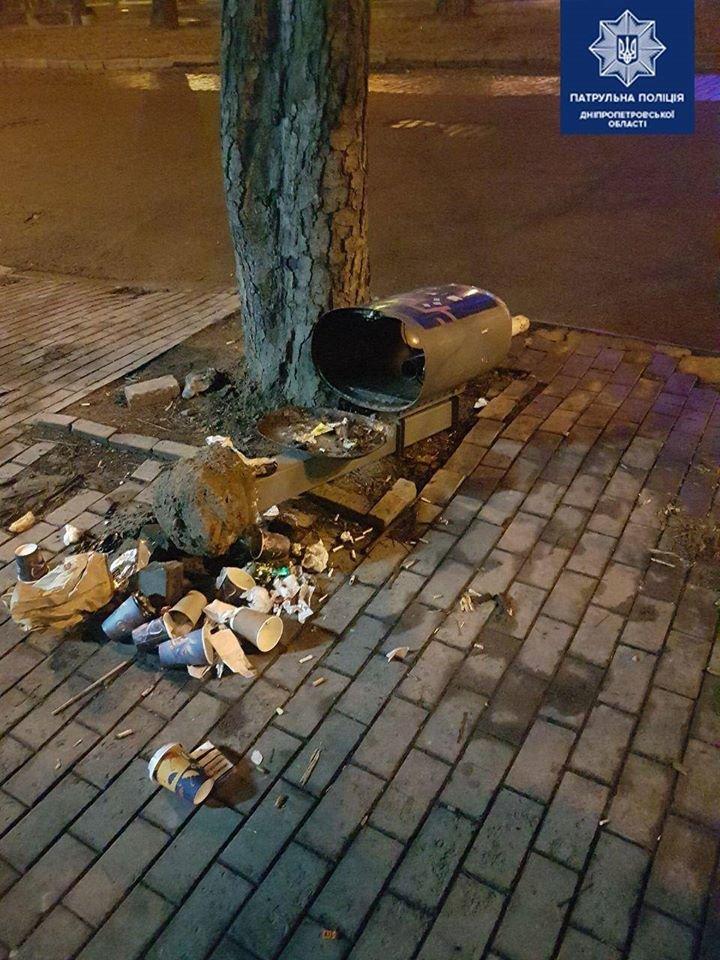 В Днепре вдоль проспекта Яворницкого лежат урны, - ФОТО, фото-2
