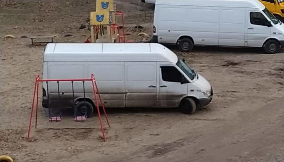 В Днепре детскую площадку превратили в автостоянку, - ФОТО, фото-1