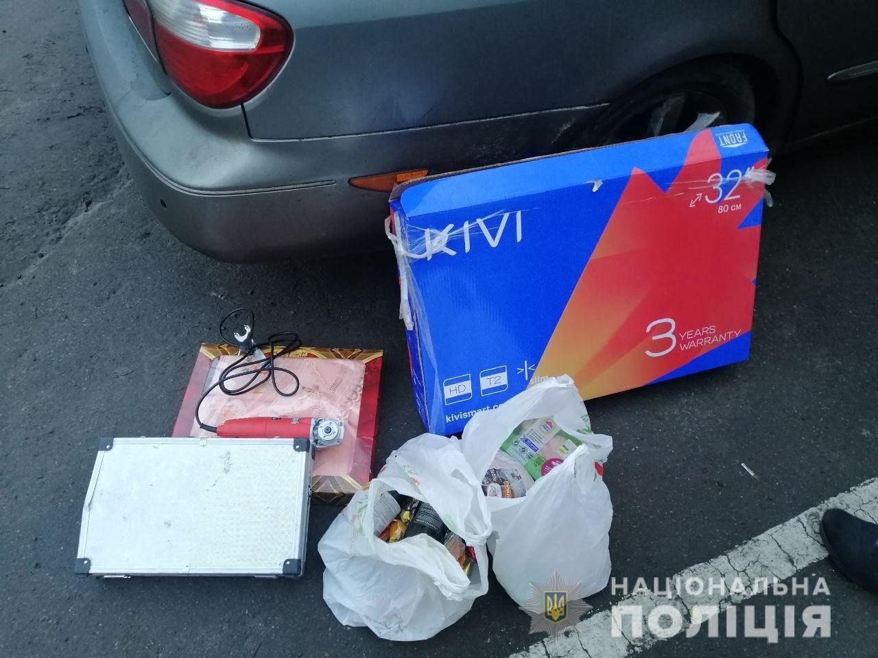 Вынесли телевизор, конфеты и вино: в Днепре задержали группу квартирных воров, - ФОТО, ВИДЕО, фото-1