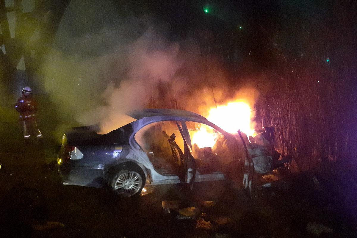 В Днепре Mercedes въехал в электроопору, зацепил внедорожник и загорелся: водитель легковушки погиб, - ФОТО, фото-3