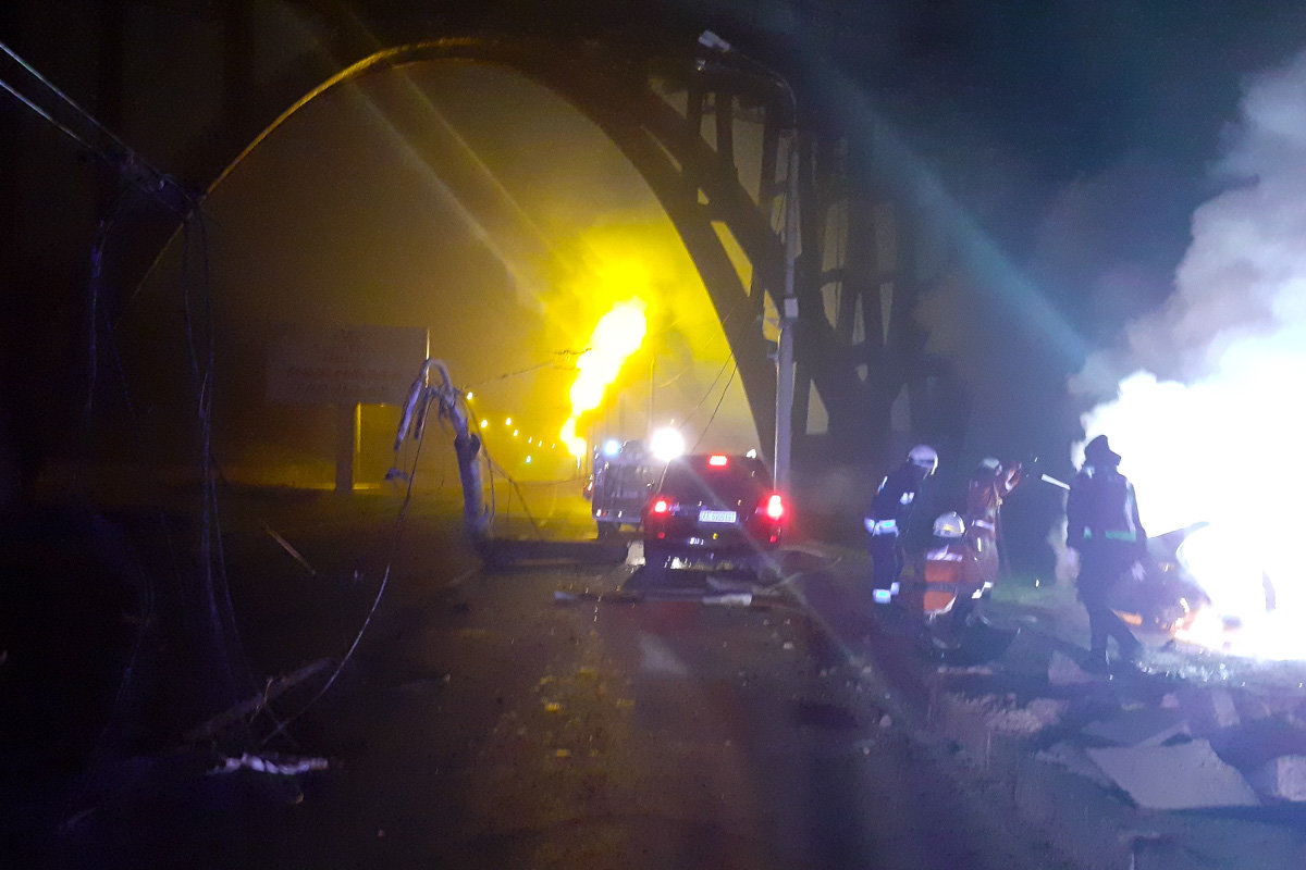 В Днепре Mercedes въехал в электроопору, зацепил внедорожник и загорелся: водитель легковушки погиб, - ФОТО, фото-1