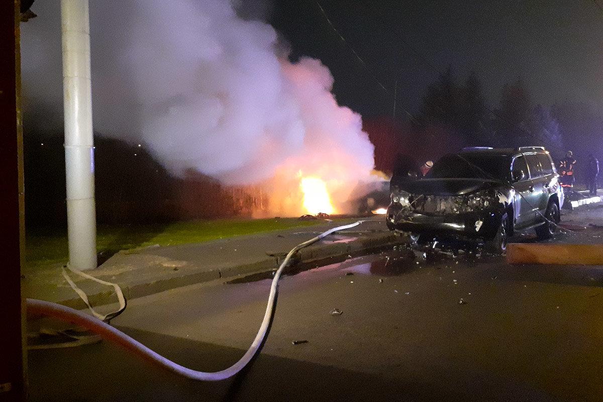 В Днепре Mercedes въехал в электроопору, зацепил внедорожник и загорелся: водитель легковушки погиб, - ФОТО, фото-2