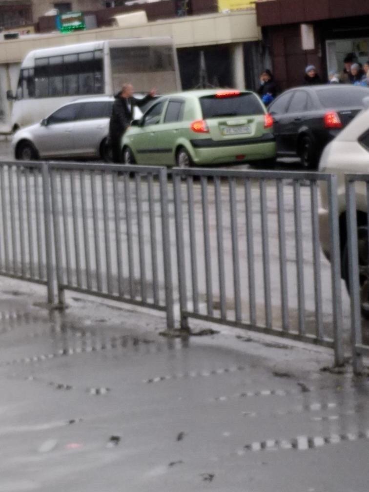В Днепре на Калиновой мужчина бросался под колеса и устроил драку в маршрутке, - ФОТО, ВИДЕО, фото-1