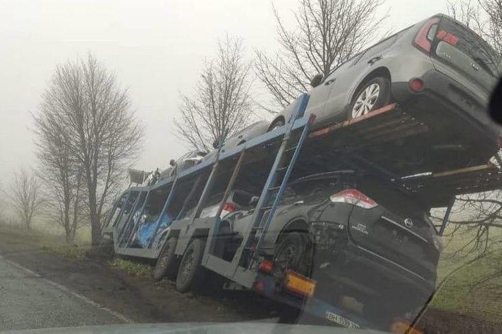 На трассе в Днепропетровской области автовоз с иномарками вылетел в кювет, - ФОТО, фото-1
