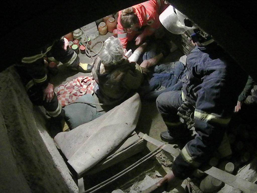 На Днепропетровщине спасатели помогали женщине, упавшей в погреб, - ФОТО, фото-1