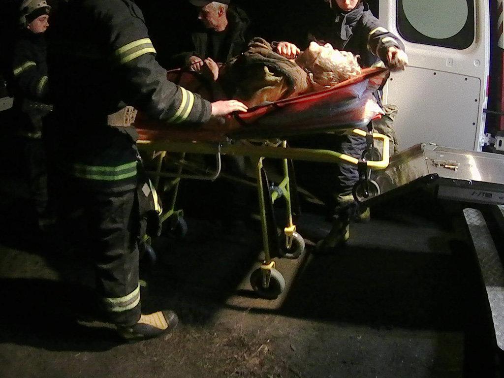 На Днепропетровщине спасатели помогали женщине, упавшей в погреб, - ФОТО, фото-3
