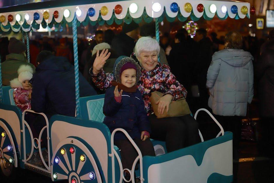 На открытии новогоднего городка и елки в центре Днепра собралось более 6500 горожан, фото-1