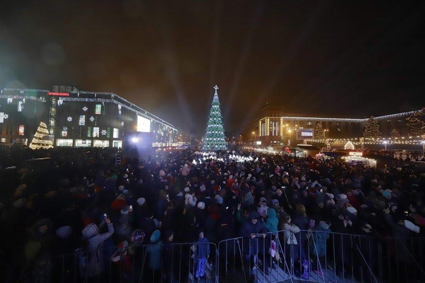 На открытии новогоднего городка и елки в центре Днепра собралось более 6500 горожан, фото-4