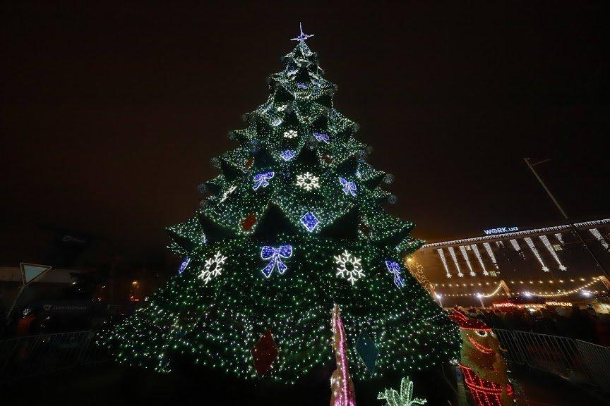 На открытии новогоднего городка и елки в центре Днепра собралось более 6500 горожан, фото-17