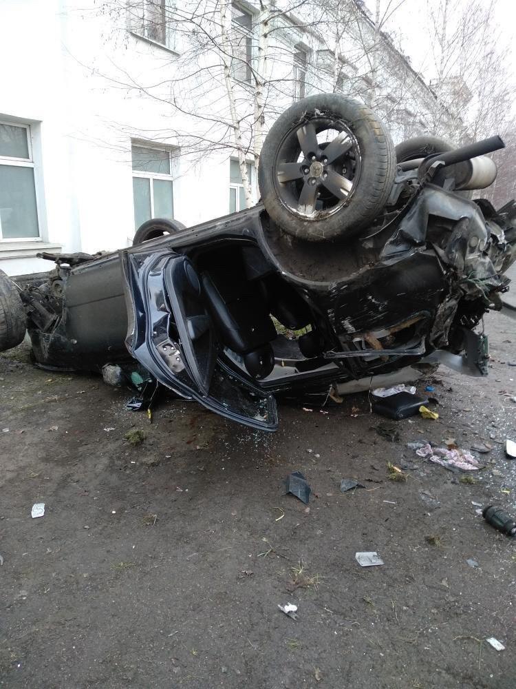 ДТП на Макарова: автомобиль врезался в стену и перевернулся, - ФОТО, фото-1