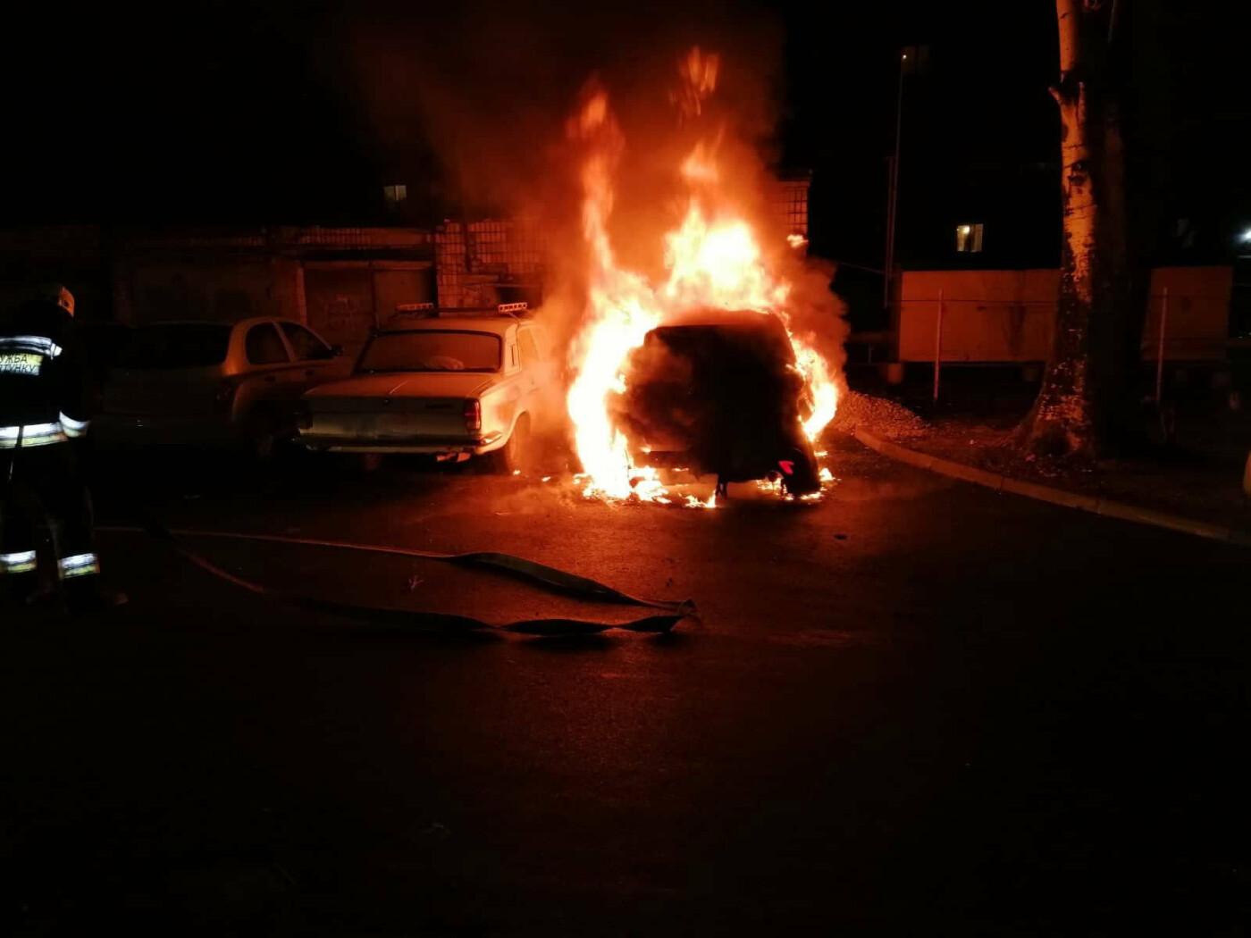В Днепре ночью на стоянке сгорел легковой автомобиль, - ФОТО, фото-1