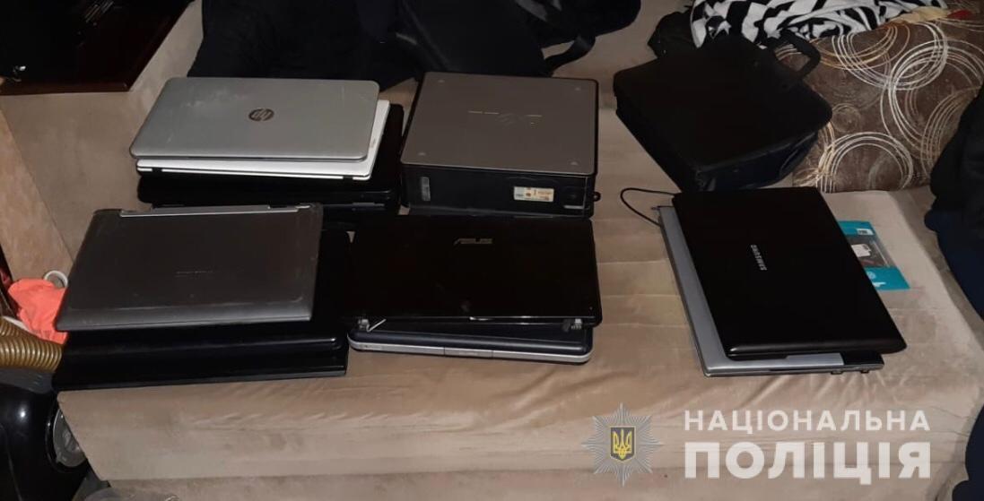 Пистолеты, сырье и почти 400 мобильных телефонов: что нашли в квартире вероятного наркоторговца на Днепропетровщине , - ФОТО, фото-3