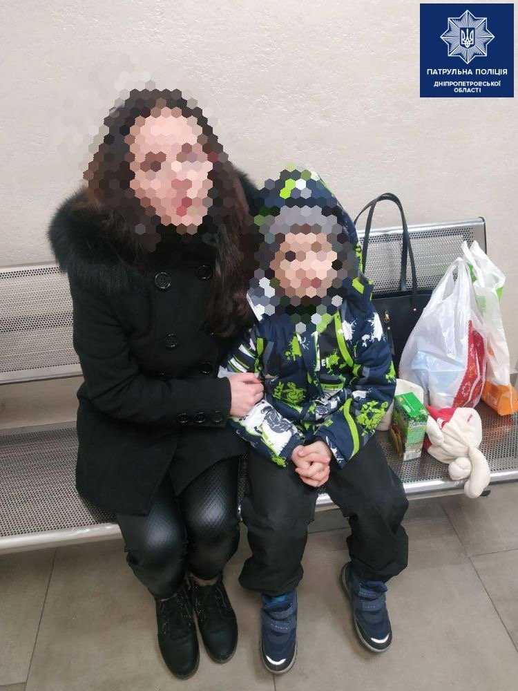 В центре Днепра потерялся ребёнок: его нашли полицейские, - ФОТО, фото-1