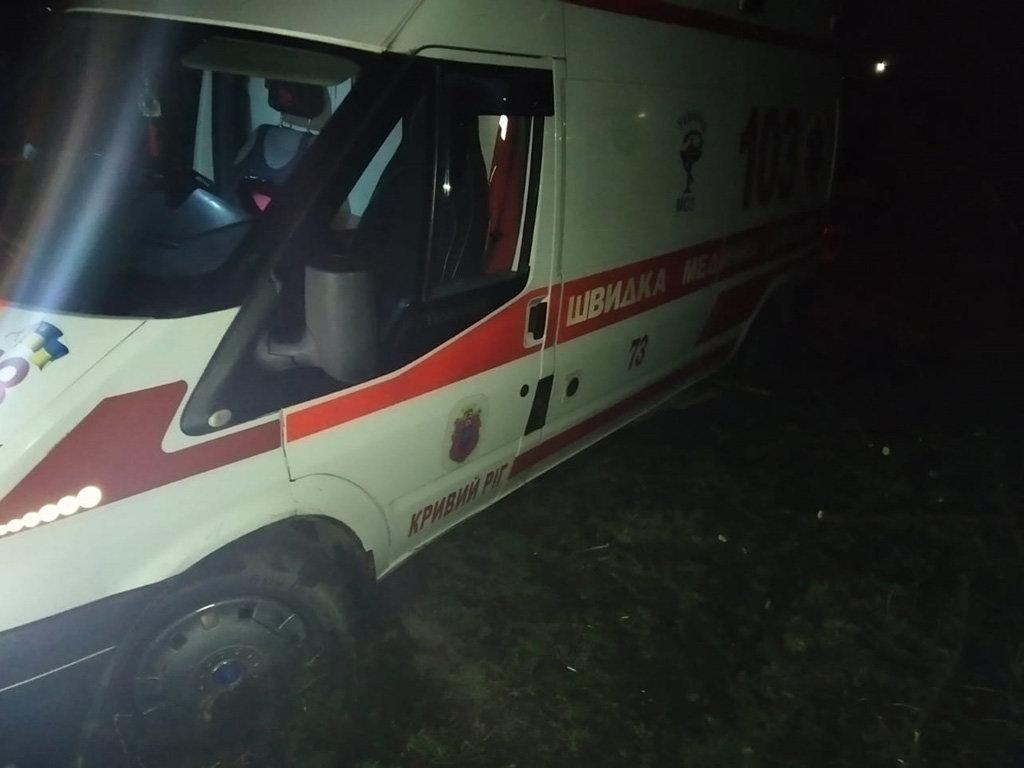 На Днепропетровщине спасатели освобождали застрявший в грязи автомобиль скорой помощи, - ФОТО, ВИДЕО, фото-1