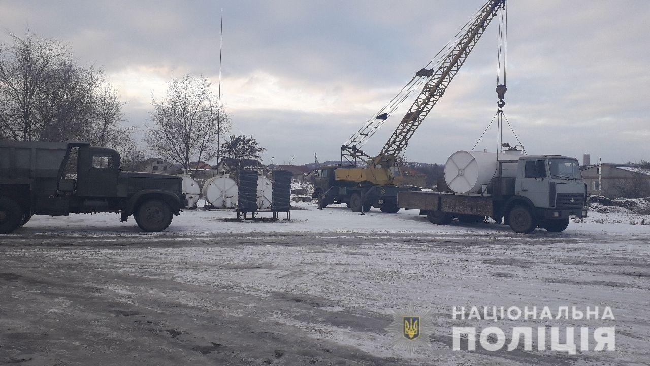 На Днепропетровщине полицейские закрыли незаконный нефтепереробатывающий завод и 5 АЗС, - ФОТО, ВИДЕО, фото-1